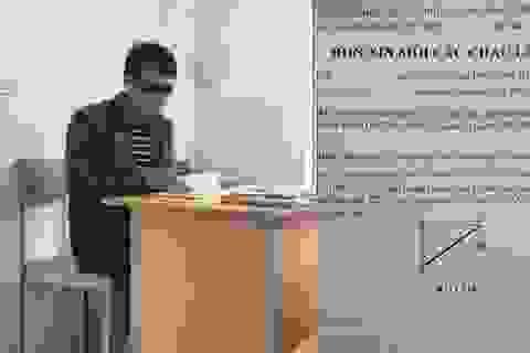Thầy giáo trẻ thường đeo kính râm trong các giờ kiểm tra