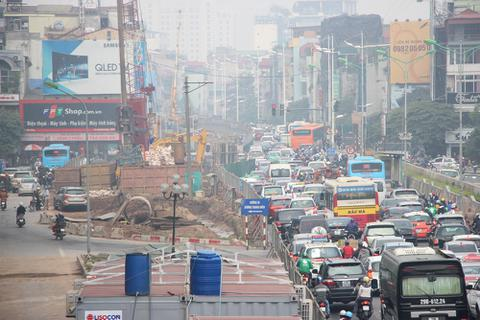 Rào chắn để thi công cầu vượt An Dương - Thanh Niên, giao thông ùn tắc