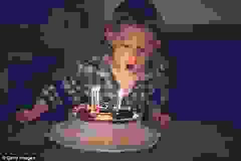 Kinh hoàng lượng vi khuẩn trên bánh sinh nhật sau khi thổi nến