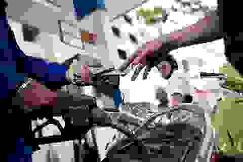 """Thuế xăng dầu lên 8.000 đồng/lít: """"Lợi ích quốc gia"""" đâu phải dăm ba tỷ đô trước mắt?"""