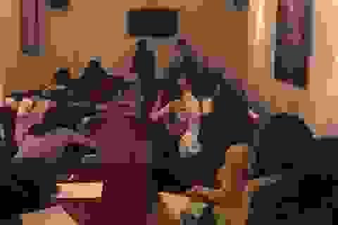 """Gần 30 nữ tiếp viên mặc áo dài trình diễn trong quán bar chờ """"quý ông"""" chọn"""