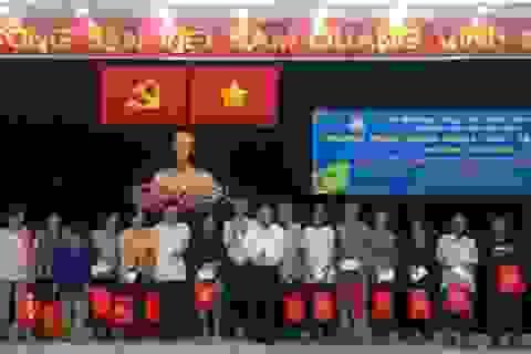 TP HCM: 300 phần quà Tết tới tay bà con huyện Hóc Môn