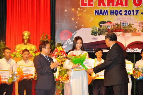 ĐH Sư phạm Đà Nẵng: Khen thưởng hơn 250 triệu đồng đến tân sinh viên
