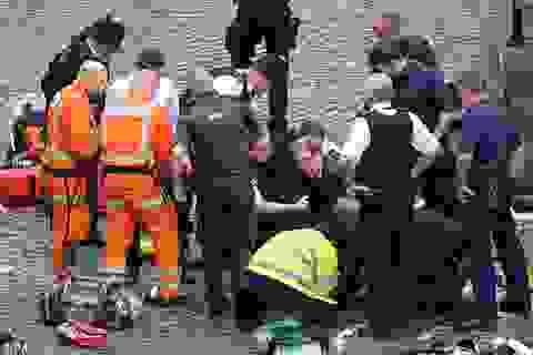 Nghị sĩ Anh hô hấp nhân tạo, cầm máu cho viên cảnh sát bị bắn