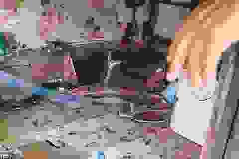 Trăn khổng lồ trốn trong nhà dân, cha sợ con gái bị nuốt chửng