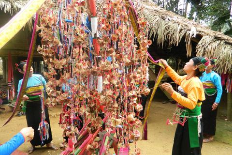 Xem người Mường thưởng hoa trong lễ hội Poồn Poông