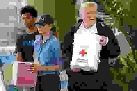 Vợ chồng ông Trump trực tiếp chuyển hàng cứu trợ cho nạn nhân bão lụt