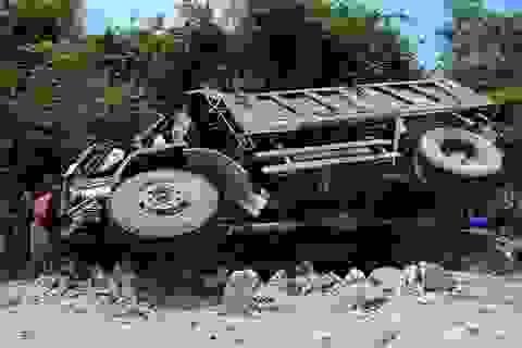 Xe tải tuột dốc tông gãy trụ điện, tài xế tử vong