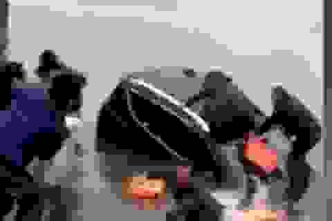 Hãi hùng cảnh ôtô chìm, người đàn ông hoảng hốt tung con lên bờ