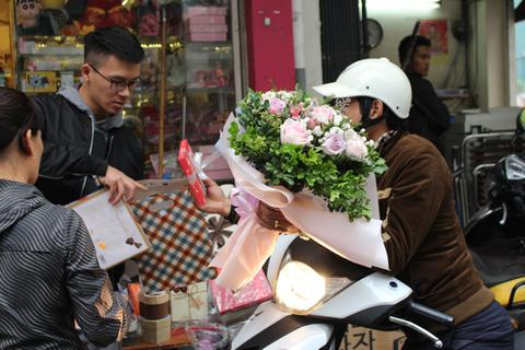 """""""Thiên đường"""" quà tặng ở Hà thành """"nghẹt thở"""" trong ngày Valentine"""
