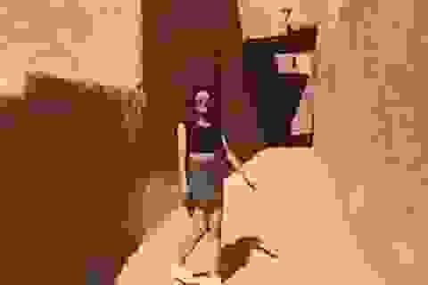 """Cô gái mặc váy ngắn - áo crop top ra đường """"gây sốt"""" ở Ả rập Saudi"""
