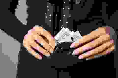 Choáng váng vì bố chồng tương lai liên tục vay tiền