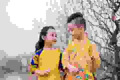 Cặp mẫu nhí sành điệu với áo dài cách tân
