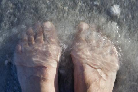 """Vụ tử vong do đi bơi khi vừa xăm mình: Sự thật về vi khuẩn """"ăn thịt người"""" đáng sợ!"""