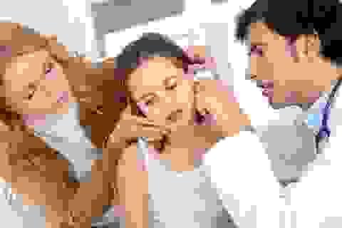 Con viêm tai nặng vì sai lầm của cha mẹ
