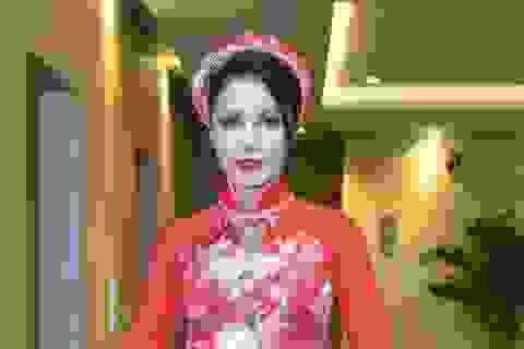 Việt Trinh mặc áo dài cưới rạng rỡ, xinh đẹp ở tuổi tứ tuần