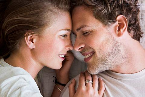 8 điều mà những cặp vợ chồng hạnh phúc nhất thường làm trước khi lên giường