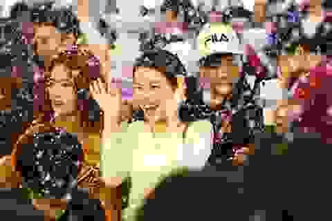 """Du khách ấn tượng với """"tuyết rơi đêm Noel"""" ở Sài Gòn"""