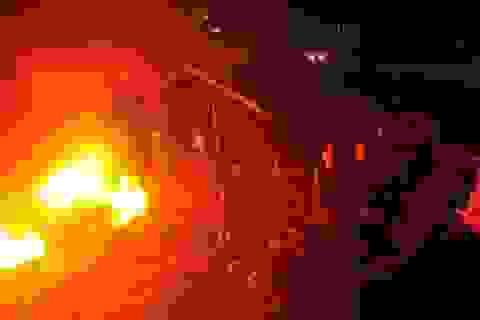 Kho lốp gần cây xăng cháy dữ dội, hàng trăm người sơ tán trong đêm