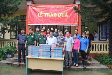 Trao tặng 30 tấn sữa cho các trường học trong vùng mưa lũ