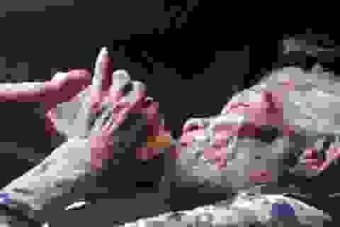 Xúc động hình ảnh người con chăm sóc mẹ già trăm tuổi