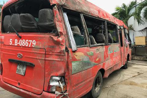 Khởi tố tài xế xe khách tông gãy trụ điện, 2 người chết, nhiều người bị thương