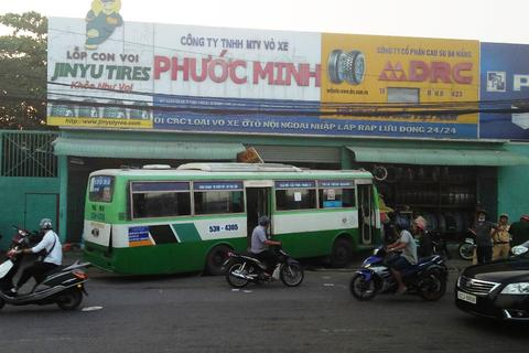Xe buýt lao thẳng vào nhà dân, hàng chục khách hốt hoảng