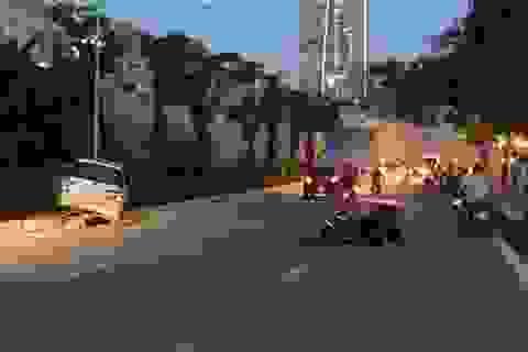 Hà Nội: Ô tô 7 chỗ tông hàng loạt xe máy, 3 người nhập viện
