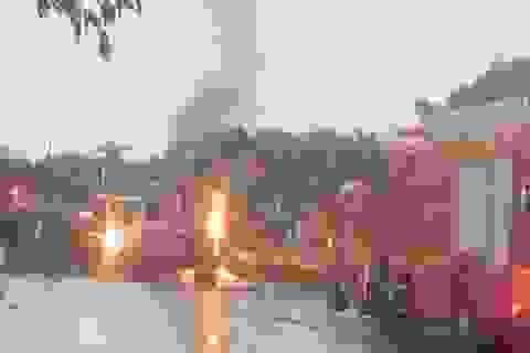 Xe tải chở đất đèn bốc cháy dữ dội