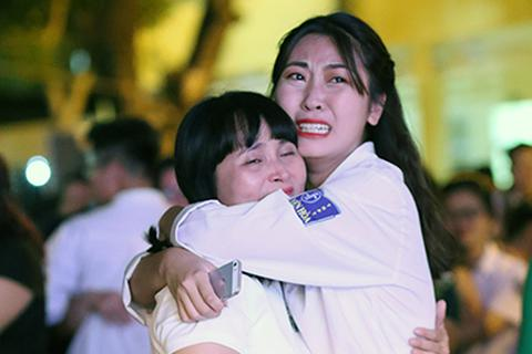 Học sinh Yên Hòa ôm chặt, khóc cảm ơn bố mẹ trong lễ tri ân