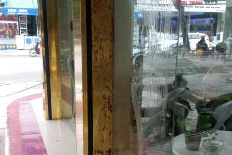 Một thẩm mỹ viện bị ném chất bẩn vào cửa trong đêm