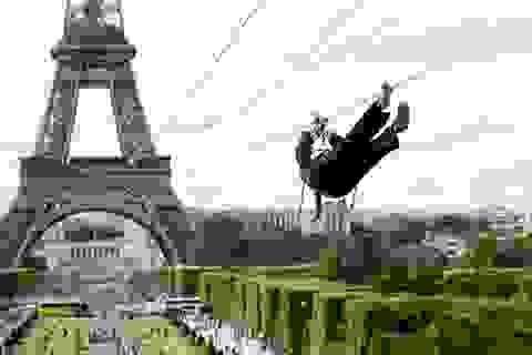 """Trải nghiệm cảm giác """"bay"""" vèo vèo trên tháp Eiffel bằng zipline"""