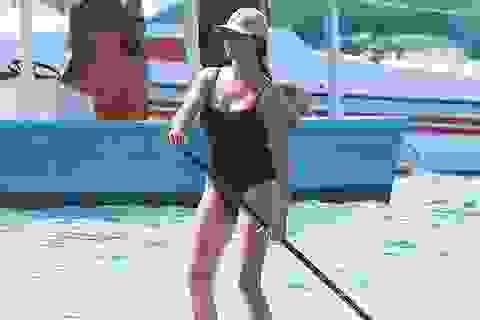 Lauren Silverman khoe dáng đầy đặn trên biển