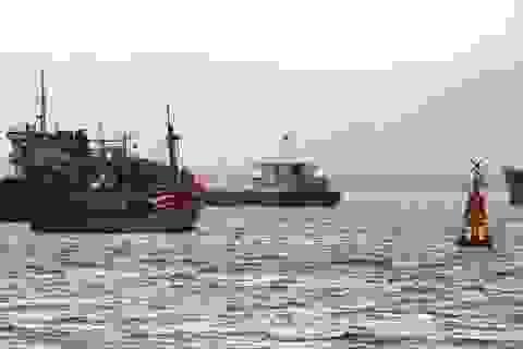 Tàu cá gặp nạn, nghi do đâm vào sà lan chìm dưới biển