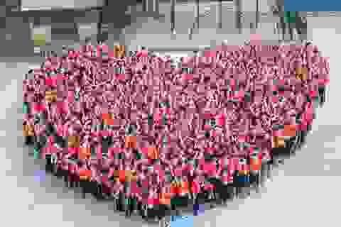 Hơn 1.000 học sinh xếp hình trái tim đỏ rực gửi đến U23 Việt Nam