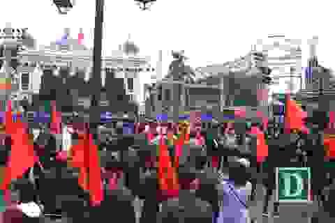 Hàng nghìn người đổ về nhà hát lớn cổ vũ cho U23 Việt Nam