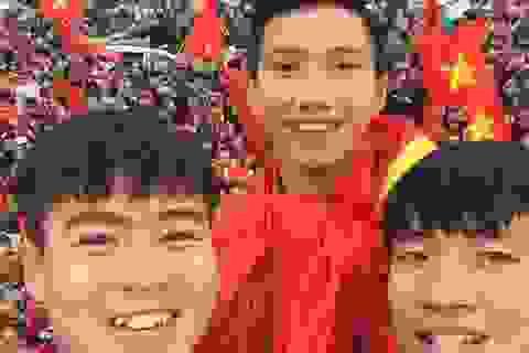 Tuyển thủ U23 Đức Chinh live stream, Duy Mạnh khoe ảnh chụp với fans từ trên xe bus