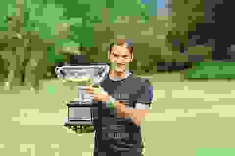 """Federer """"khoe"""" cúp vô địch ở dinh thự thủ hiến bang Victoria"""