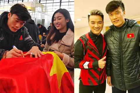 Hoa hậu Đỗ Mỹ Linh tíu tít xin chữ ký, Đàm Vĩnh Hưng hạnh phúc khi gặp U23 Việt Nam
