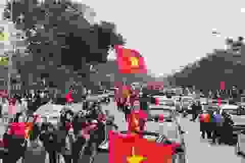 """Những khoảnh khắc ấn tượng của sao Việt trong """"biển người"""" đón U23"""
