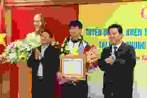 Chủ tịch Hà Tĩnh tặng Bằng khen cho trung vệ Bùi Tiến Dũng