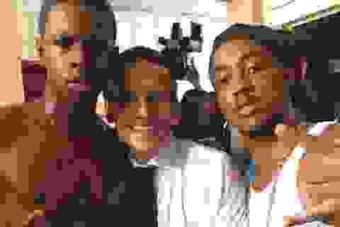 Bức ảnh gây tranh cãi của tổng thống Pháp khi thăm vùng bão