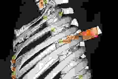 Rút thành công lưỡi dao xuyên thấu ngực nạn nhân