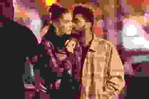 Bạn trai âu yếm hôn Bella Hadid trên phố