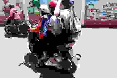 Chưa đủ tuổi, không bằng lái, học sinh vẫn vô tư đi xe máy đến trường