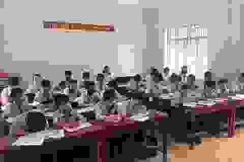 Cả lớp đeo khẩu trang học bài vì mùi hôi thối