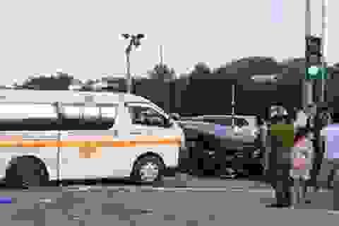 Vượt đèn đỏ, xe cứu thương bị xe du lịch đâm trúng: Ai đúng ai sai?