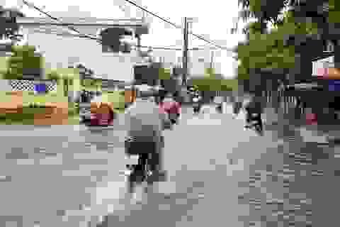 """Đã đầu tư làm cống chống ngập nhưng cứ mưa là người dân phải """"bơi"""" trên phố!"""