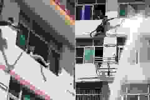 Kịch tính cảnh nhân viên cứu hỏa dùng vòi rồng ngăn người nhảy lầu tự tử