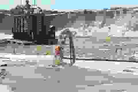 """Dân nghèo Mozambique khốn đốn vì """"cơn khát"""" cát của Trung Quốc"""